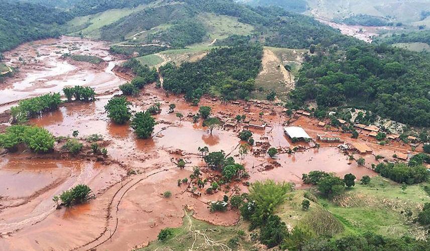 Distrito de Bento Rodrigues devastado pela lama após o rompimento da barragem da mineradora Samarco em Mariana, Minas Gerais. Foto:Corpo de Bombeiros/MG