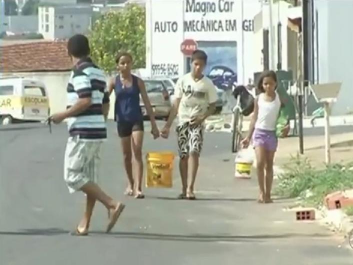criancas-carregando-agua