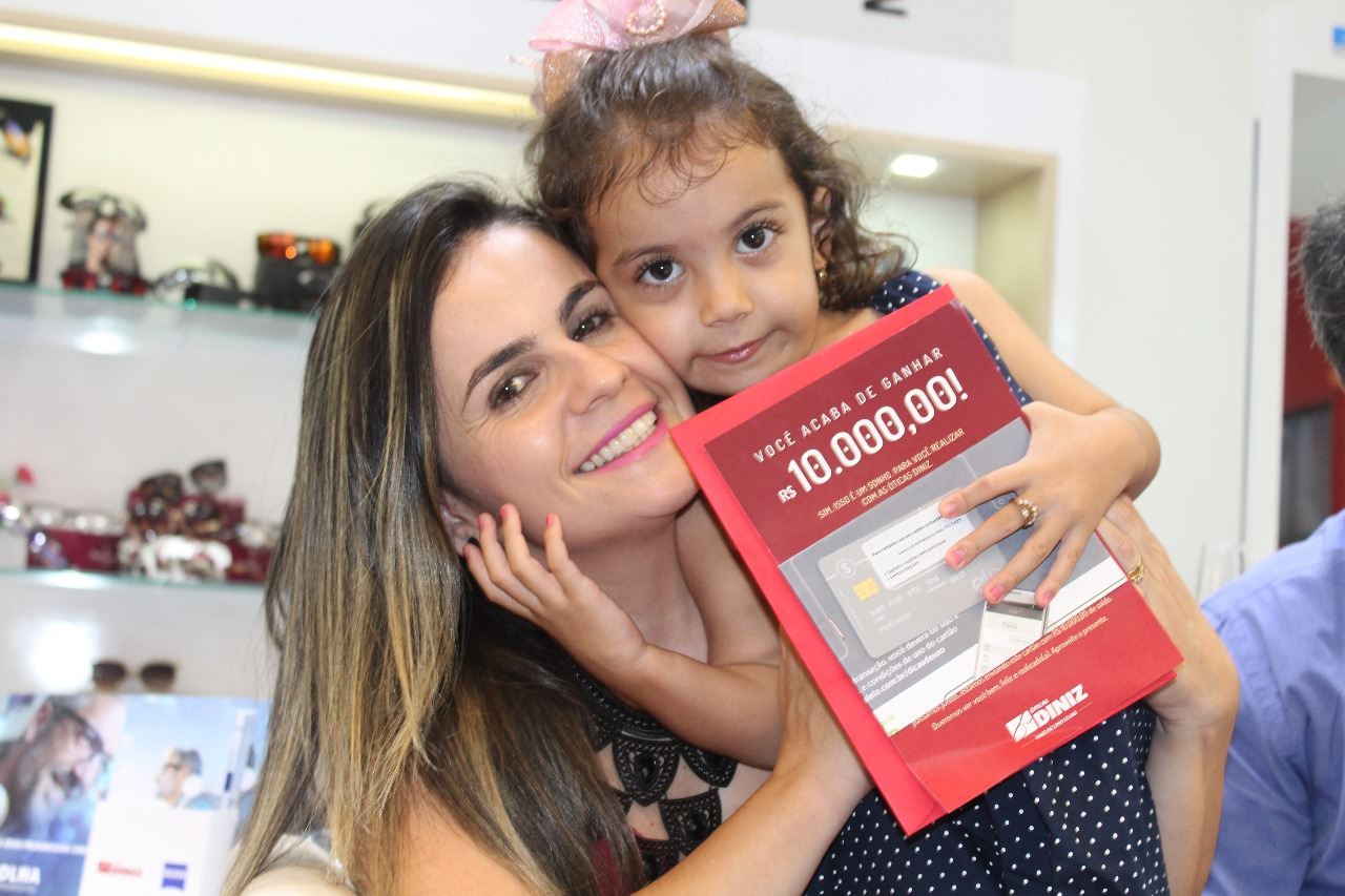 d3ad3be0621d1 25 anos das Óticas Diniz  cliente catalana recebe R  10 mil em premiação  que contou história comovente de sua filha