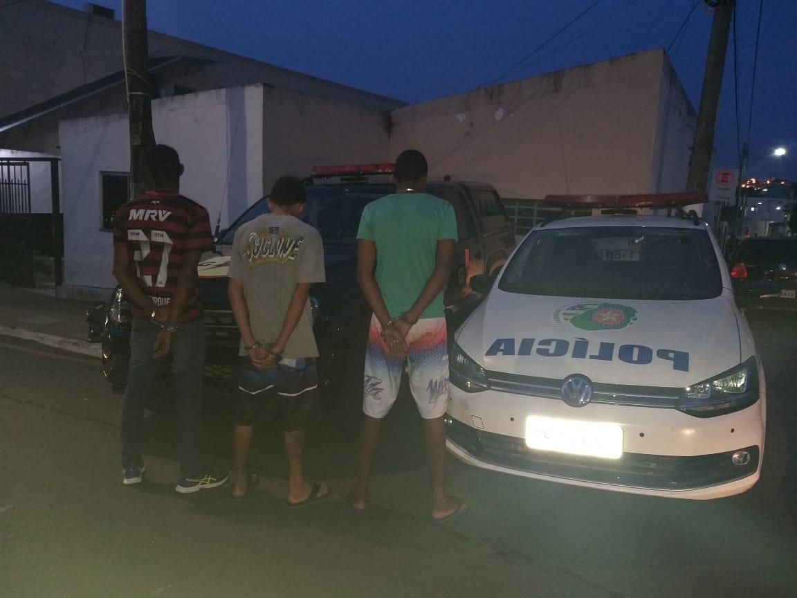 CATALÃO: ARMADOS, TRIO INVADE CASA E ROUBA CARRO DE MULHER; PM AGE RÁPIDO, RECUPERA VEÍCULO E PRENDEM ASSALTANTES