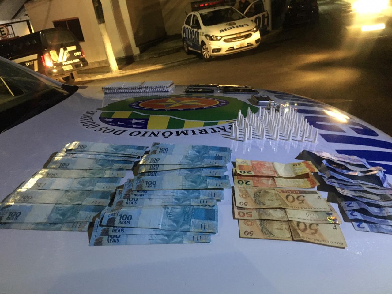 PM DE CATALÃO PRENDE HOMEM EM SANTO ANTÔNIO DO RIO VERDE E APREENDE MENOR EM CATALÃO; AMBOS SUSPEITOS POR TRÁFICO DE DROGAS