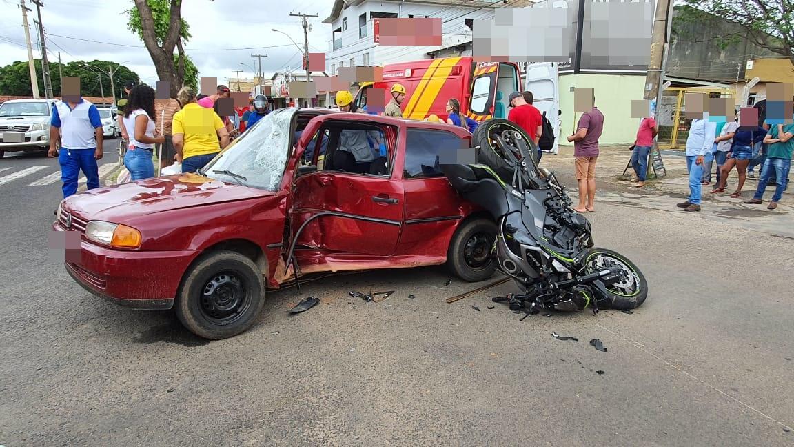 ACIDENTE DE TRÂNSITO ENTRE CARRO E MOTO EM AVENIDA MOVIMENTADA DE CATALÃO DEIXOU TRÊS PESSOAS FERIDAS