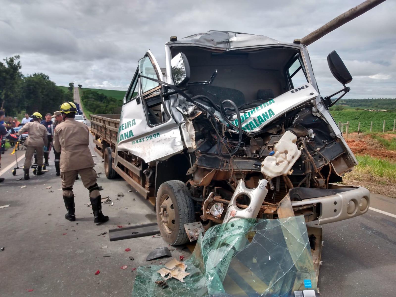 ACIDENTE: AJUDANTE DE DESCARGA DE MADEIREIRA MORRE EM TRÁGICO ACIDENTE NA GO 330 ENTRE CATALÃO/IPAMERI