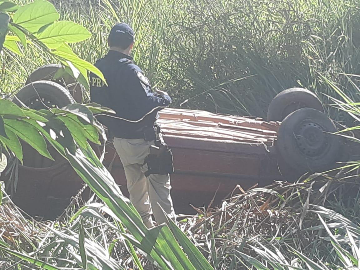 EM CATALÃO, NA BR 050, CONDUTOR PERDE O CONTROLE DA DIEREÇÃO E CAPOTA VEÍCULO